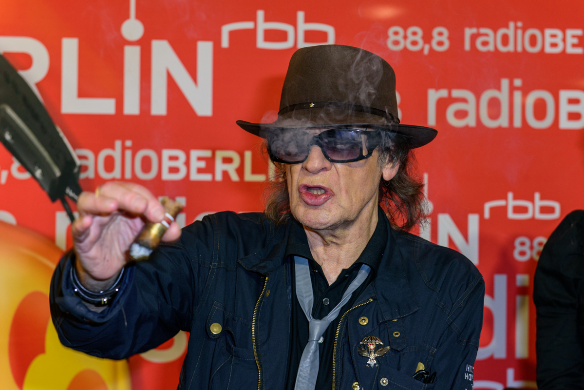 Udo Lindenberg giving an interview, pontificating with cigar.