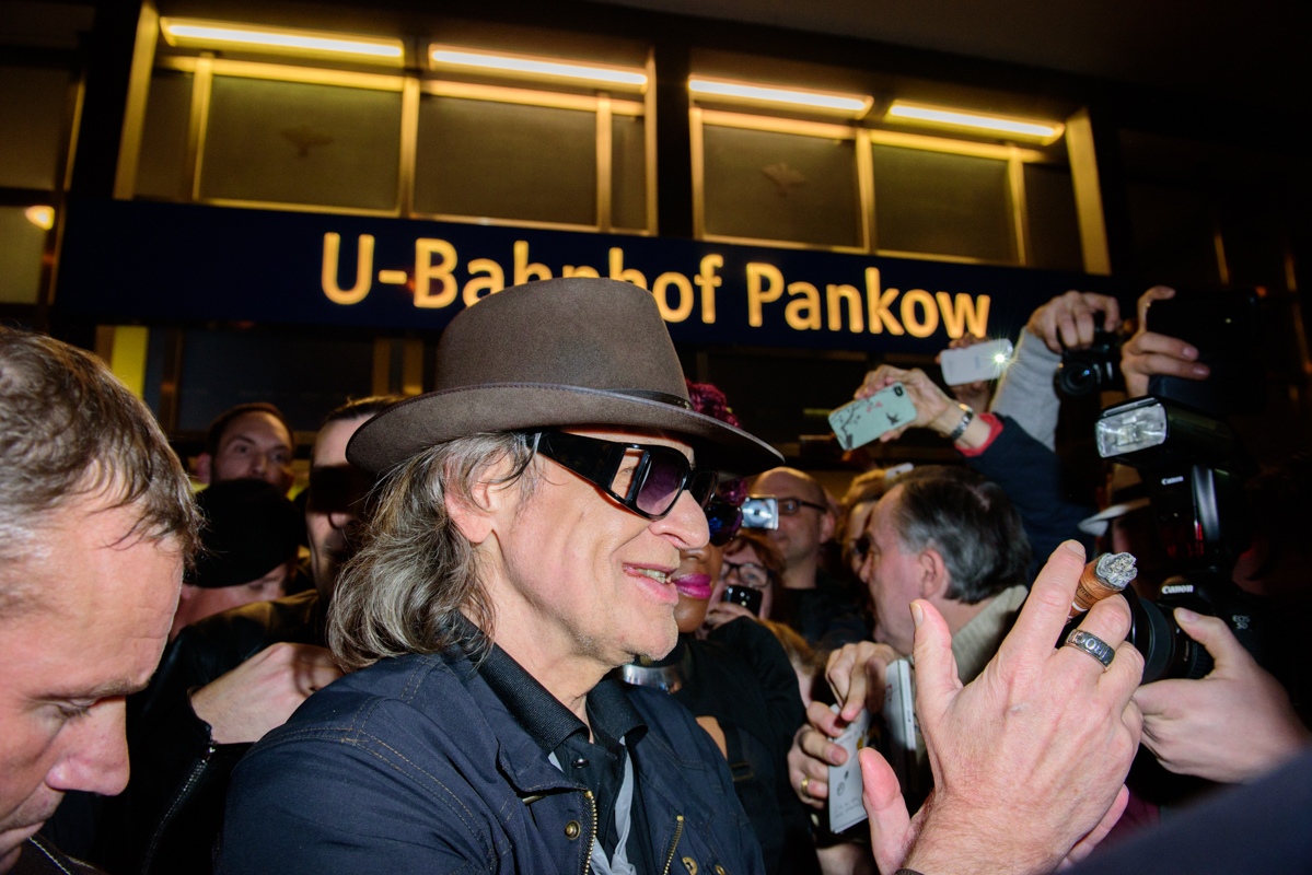 Udo Lindenberg chatting with fans in front of U-Banhof Pankow