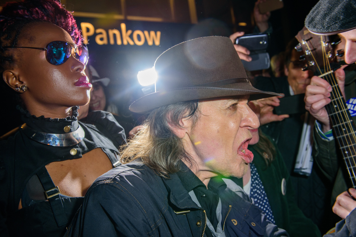 Udo Lindenberg sings the song with fans in front of U-Banhof Pankow