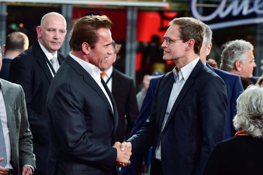 From Governator to Governer: Berlin's capo Micahel Müller has the honor of shaking hands with Arnie.
